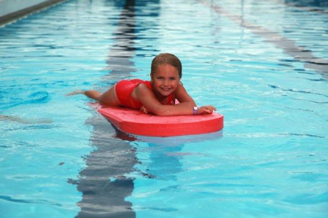 dziewczynka na desce w wodzie