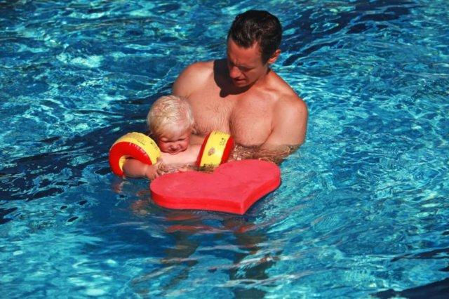 mężczyzna z dzieckiem w wodzie z sercem