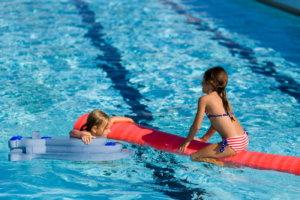 dzieci bawiąze się w basenie