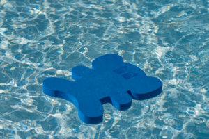 niebieski słonik w wodzie
