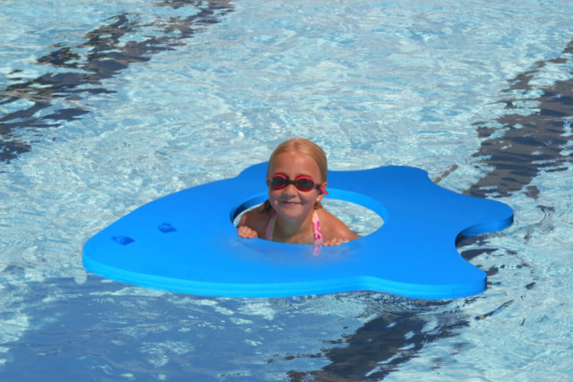 dziewczynka w okularkach w basenie