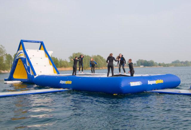 trampolina z ludźmi